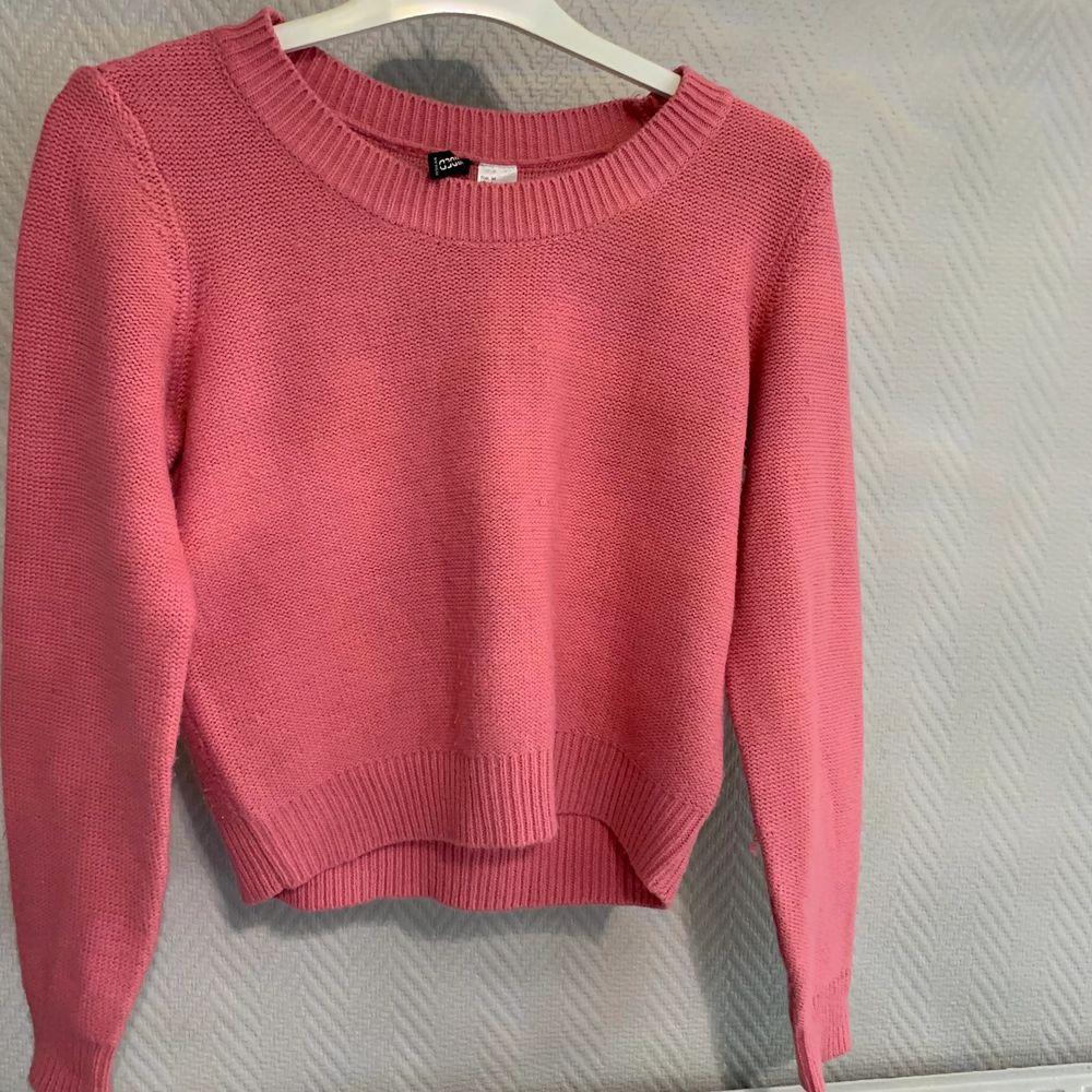 En fin rosa tröja från H&M som knappt har använts. Frakt betalas av köparen. . Toppar.