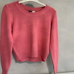 En fin rosa tröja från H&M som knappt har använts. Frakt betalas av köparen.