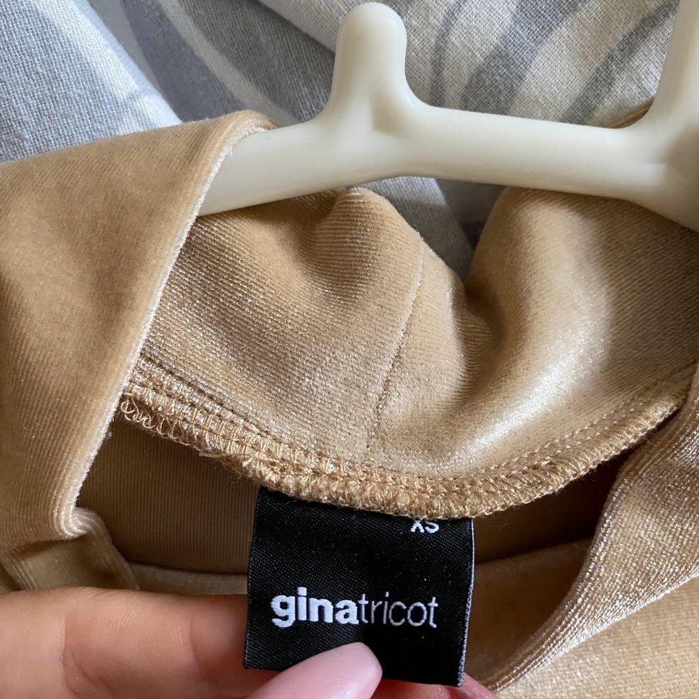 Super fin guldig tröja från Gina! Endast använd en nyårsafton. Storlek xs men passar upp till M. Priset kan diskuteras vid snabb affär, köparen står för frakt.. T-shirts.