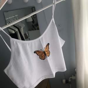 Säljer detta supersöta linne med en gul fjäril på då jag råkade köpa det i en för stor storlek. Det är endast testat en gång, annars helt oanvänt och i väldigt bra skick. Superfint inför sommaren! Frakt tillkommer