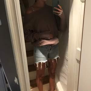 Snygg tröja som man kan ha av ena axeln, används inte längre! Frakt ingår