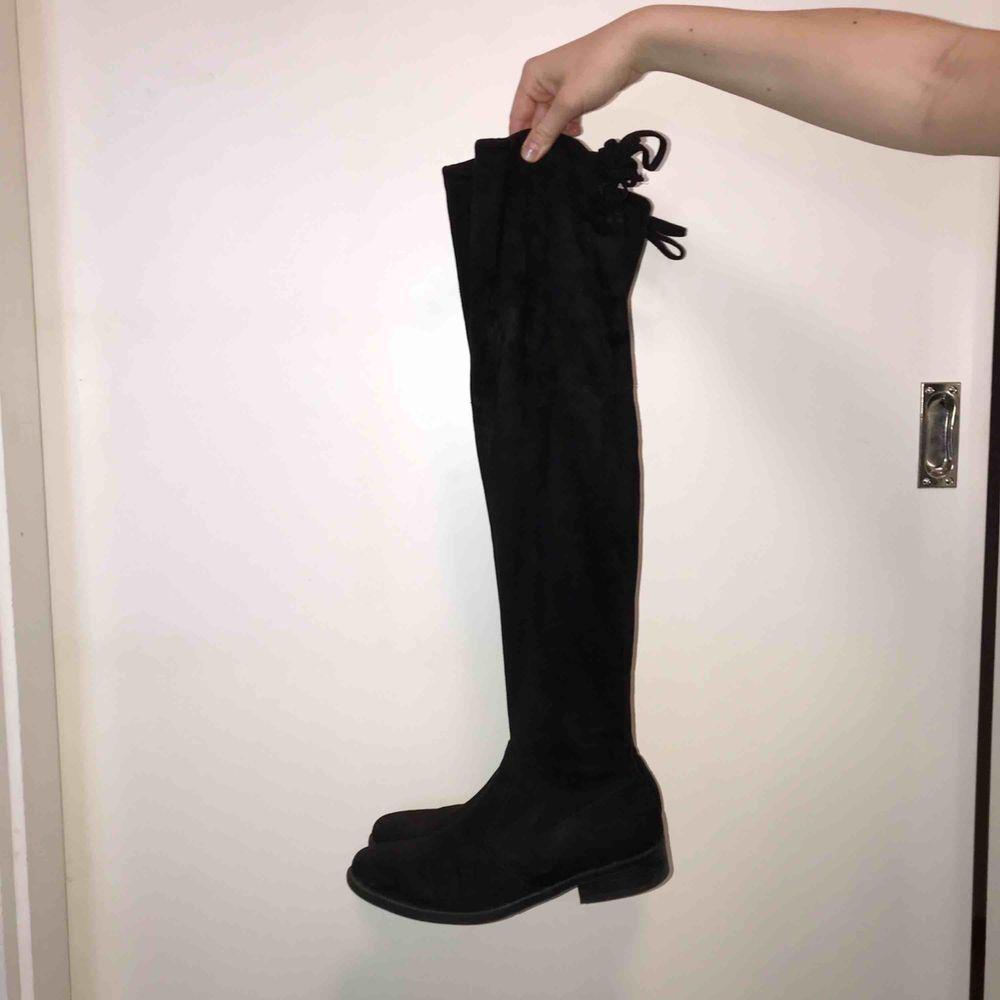 Snygga svarta overknee boots. Mycket sparsamt använda och i väldigt fint skick!. Skor.