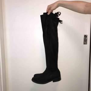 Snygga svarta overknee boots. Mycket sparsamt använda och i väldigt fint skick!