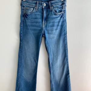 Säljer ett par snygga bootcut jeans från H&M i strl 24/30 som tyvärr är för små för mig. Har bara använt dem ett par gånger så de är i fint skick! Kan mötas upp i Malmö, annars kostar frakten 55 kr.