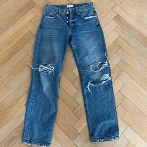 Superfina högmidjade blå slitna jeans från Zara, som tyvärr inte kommer till användning längre.