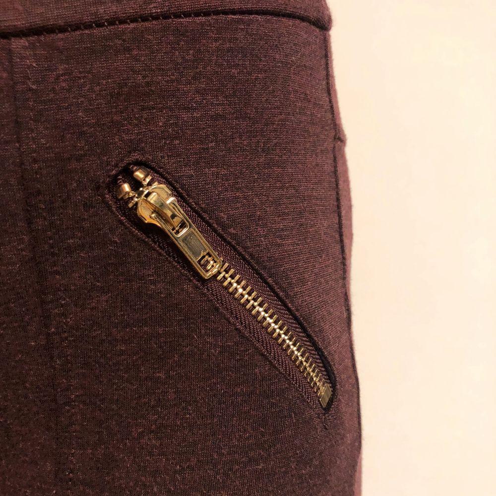 jättesnygga vinröda tights-liknande med guldiga detaljer. superbra skick då max är använda tre ggr! Pris kan diskuteras!! Frakt ingår!!. Jeans & Byxor.