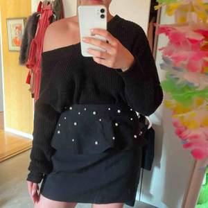 Världens finaste kjol från zara med volang och pärlor! Lyxigt och ordentligt material. Säljes pga tyvärr för stor. 🌟