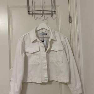 Säljer min oanvända vita jeansjacka från visual clothing project i storlek S. Jättefint skick. Nypris 700