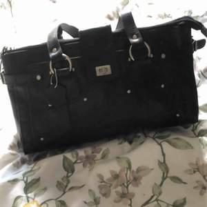Säljer min stor läderväska! Borde vara äkta läder och i väldigt fint skick! ☺️ den är svart med matt silvriga detaljer.. mycket rymlig och enkel att ta över axeln! Hör av er om ni har några frågor! 💕
