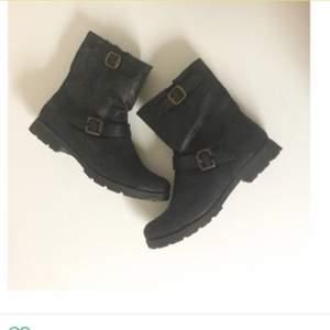 Fodrade & varma boots med dragkedja på insidan. Använda 1-2 gånger, nyskick! Frakt 70kr ✨