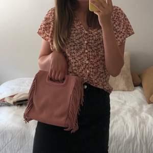 Säljer min fina maje väska som jag använt fåtal gånger men har lite slitningar på ena sidan (se bild 3). Köpt på maje butiken i Stockholm, Band medföljer! Buda!! Skriv privat för bättre bilder på slitningen
