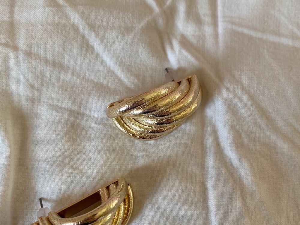 Snygga örhöngen från Chiquelle i guld, bra kvalité. Använda en gång! Säljs för 90kr inklusive frakt. Nypris: 149kr. Accessoarer.