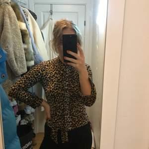 Knytblus i leopard, superfint material. Strl 38