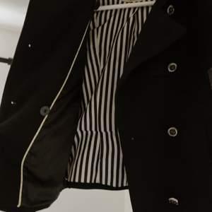 Jacka från Zara, strl S, sparsamt använd så i gott skick. Knapparna är utbytta till mer klassiska. • Kan mötas upp i Lund • Eventuell frakt betalas av köpare