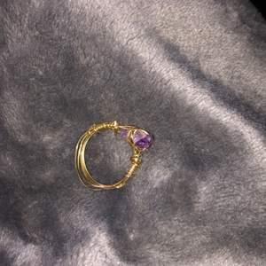 Säljer lite ringar som jag gjort själv, ringen är gjord av guldig ståltråd och en lila kristall. Säljer denna ring för 20 kr+ 11 kr i frakt. DMa mig vid intresse!