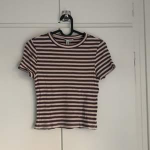 Ribbad randig tshirt. Tight modell som är lite kortare. Sparsamt använd.