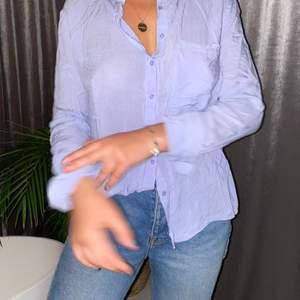 Fin ljusblå skjorta från Stradivarius! Storlek S men passar M också skulle jag säga! Frakt tillkommer:))