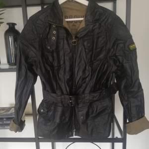 Jacket: 100% cotton Barbour *Tartan foder Two-way front dragkedja. Oversize jacka med bälte i midjan. Strlk 44, upplever mindre i strlk då jag annars har Medium