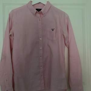 Säljer denna skjortan från Gant,skulle säga att den även passar xs-s beroende på hur man vill att den ska sitta. Pris: 130kr inkl frakt 🦋