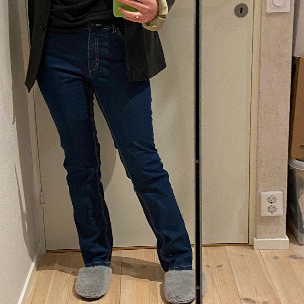Fina jeans i en lite smalare bootcut modell🥰 köpta på humana för nått år sen💙. Jeans & Byxor.
