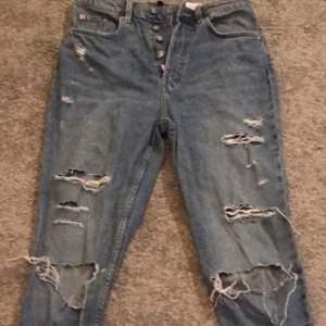 jeans från hm med många slitningar i en syperfin blå färg, säljer för 100kr inklusive frakt💕