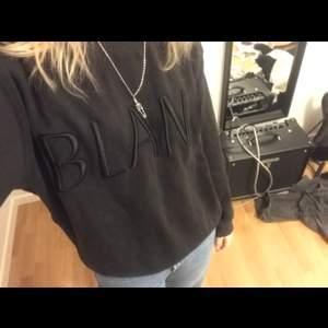 Säljer den här fina sweatshirten då den inte kommer till användning!