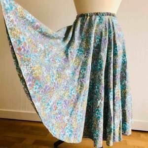 Kjolen är hemsydd (ej av mig) och är lite lös i midjan, så skulle rekommendera att köpa kjolen om man kan hantera en symaskin. Midjeomkrets: 60 cm (elastiskt band och töjs upp till en midjeomkrets på 80 cm). Längd: 60 cm.