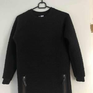 En svart lite tjockare klänning som passar bra under dom lite kallare tiderna + frakt