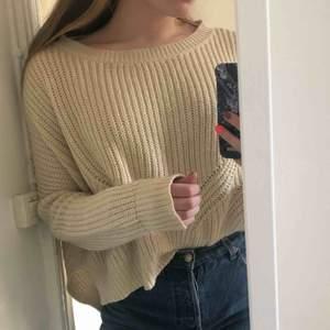 Stickad tröja från amisu knitwear. Fin beige färg i storlek XS men passar även för S och M💛 den är använd men väldigt mjuk och i bra kvalite!  Möts upp i Stockholm annars tillkommer fraktkostnad 💕