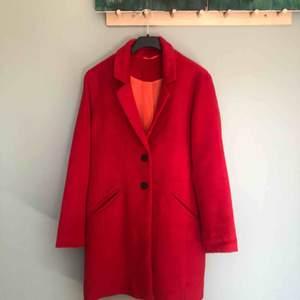 Röd kappa, rak i modellen, helt oanvänd. Köpt i London. Superfin! :)