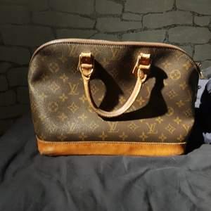 Äkta Vintage Louis Vuitton Alma! I bra skick. Fler bilder i PM