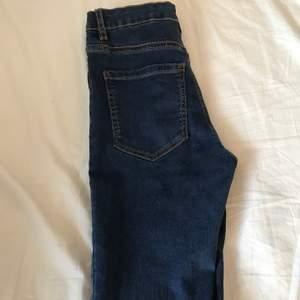 Ett par väldigt sköna fina mörkblåa jeans. Använda en gång men kommer inte användas pågrund av dom är försmå.