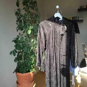 Svart finklänning från Calvin Klein i strl 4/xs. Jag är dock S/M och den passar rätt bra. Den är vitprickig och blommig. Orginalpris är drygt 1600kr. Skriv för fler bilder;) Kolla min profil för fler ck-kläder🥰