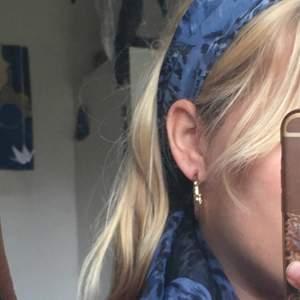 Jätte gullig blå sjal. Den kan vecklas ut och användas på många sätt. Säljer för att jag inte använder den längre. Köparen står för frakt 💙
