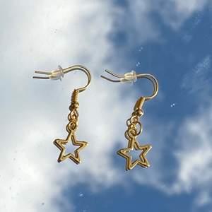Säljer jätte fina handgjorda örhängen!💘⚡️ Perfekta till sommaren!😍💞 Ett par kostar 39kr!💓🥰 Frakt kostar 11kr🦋