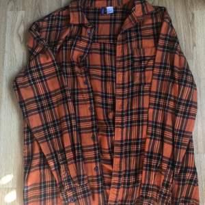 En vintage flanellskjorta i orange. 💓 säljer för att den är förliten och andvänds aldrig. Den är köpt på Hm och är fortförande som ny, har andvänds ett fåtal gånger.   70kr+frakt 🥰
