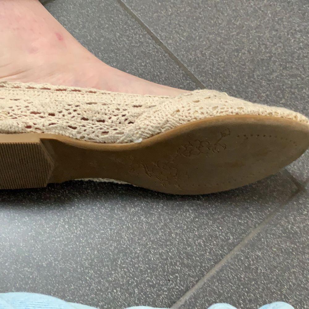 Jättegulliga små sommarskor som inte har kommit till så stor användning. Köparen står för frakt . Skor.