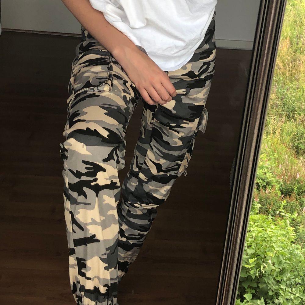 säljer mina camobyxor från madlady då de inte längre är min stil tyvärr! skitcoola och nästan oanvända💓 frakt tillkommer!!. Jeans & Byxor.