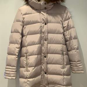 Varm vinterjacka från Zara i storleken S. Jackan stängs med dragkedja men också med knappar. Det finns två fickor och pälsen går att ta bort med dragkedja. Använd fåtal gånger, mycket bra skick.