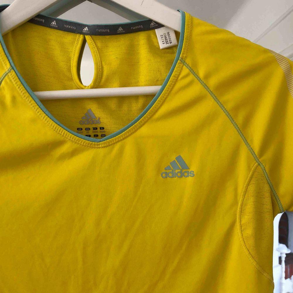 Oanvänd Adidas-tröja i gul 🌞. T-shirts.
