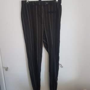 Ett par oanvända byxor från Monki, köpte dem i julas men de var för små och hann inte gå tillbaka med dem så de har bara legat i garderoben. Nypris 300 kr.  Jätteskönt tyg och de har dragkedjor längst ner på byxbenen.  Köparen står för frakt✨