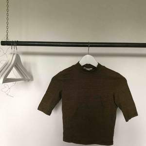 En fin polo t-shirt från Monki! Svart och gul randig, med tajt passform. För mer bilder är det bara att skriva, frakt tillkommer! 💛🖤