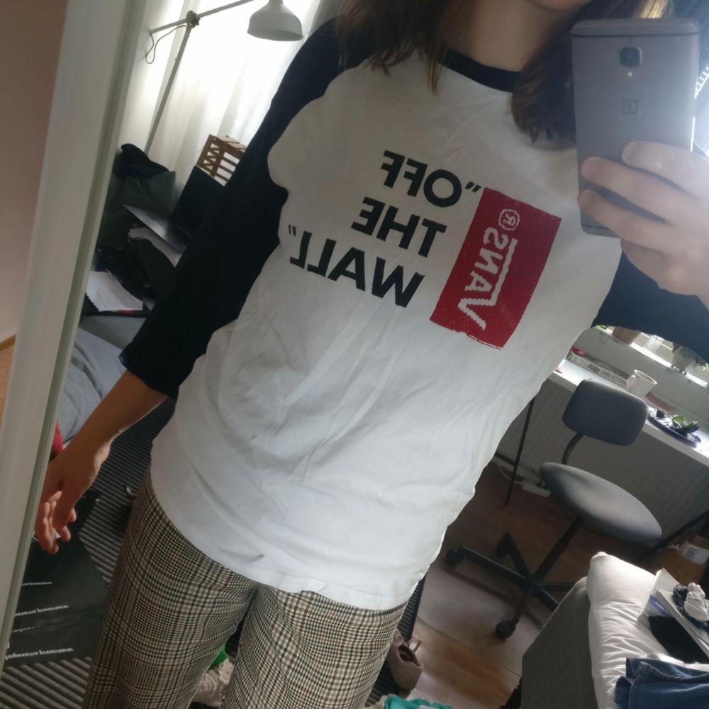 T-shirt från vans som är i stort sett oanvänd! Oklart om det är dam- eller herrstorlek.. T-shirts.