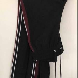 Track Pants från Monki med rödvita ränder på sidorna. De är i storlek XXS men jag är vanligtvis en S så de är lite stora i storleken. Möts upp i Stockholm eller så står köparen för frakten😁