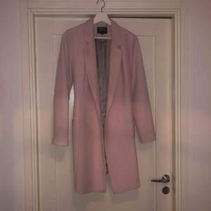 Snygg kappa från märket STOCKHOLM. Köpt på MQ. Du står för frakt ca 82kr. 💕💕💕💕