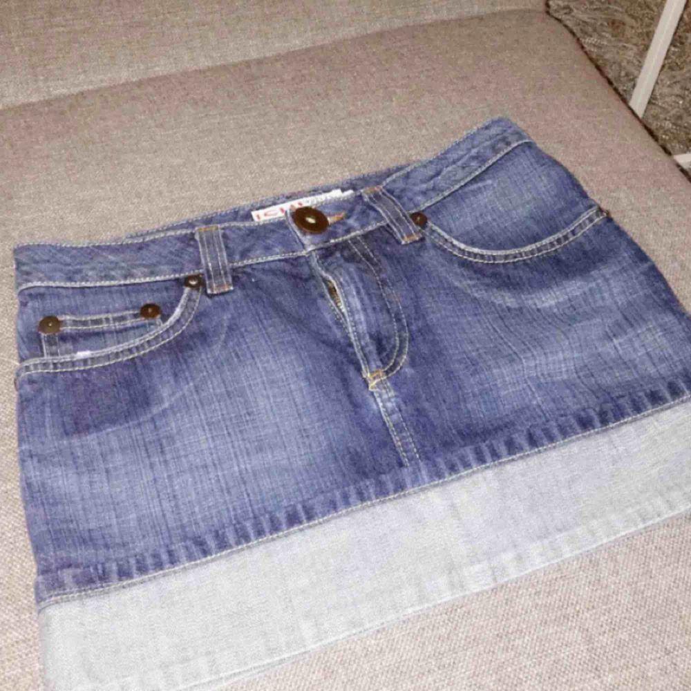 Väldigt kort jeanskjol! aldrig använt den men den har legat i min garderob ett bra tag nu . Kjolar.