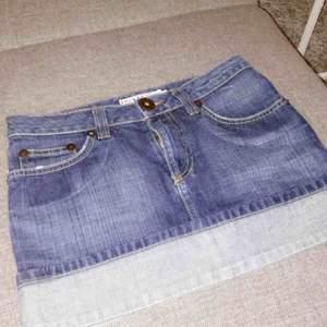 Väldigt kort jeanskjol! aldrig använt den men den har legat i min garderob ett bra tag nu