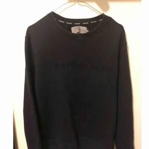 Blå Calvin Klein tröja i storlek M fint skick