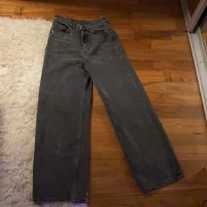 Säljer dessa supersnygga monki jeans i storlek 24, endast använda en gång. Säljer pga att jag aldrig använder dom. Köpte för 400 och med tanke på att dom är i nyskicks så säljer jag för 300. Pris kan diskuteras.