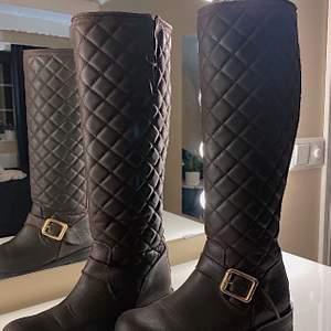 """Super fina och sköna höst skor. Märket är """"Urban Project"""" men ser likadana ut som """"Johny Bulls"""". Storlek 37, färgen är brun. Frakt tillkommer, nypris 2 000kr.💘✨"""